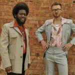 """Michael Kiwanuka und Tom Misch haben ein Video zu ihrer gemeinsamen Single """"Money"""" veröffentlicht."""